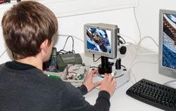 Auflichtmikroskop PCE-IVM 3D in der Anwendung.