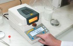 Bestimmung der Materialfeuchte im Labor mit Feuchtigkeitsmesser.