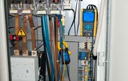 3 Phasen Energiemessgerät PCE-PA 8000 inder Anwendung.