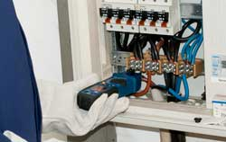 Stromzange PCE-CM 3 bei einer Anwendung.