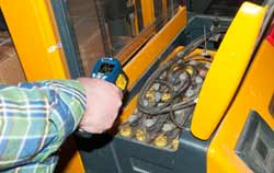 PCE kontaktloser Temperaturmesser bei der Messung.