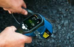 Temperaturmessgerät als Einstechfühler bei der Anwendung mit Teer.