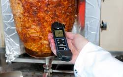 Temperaturmessgerät bei der Infrarotmessung für Lebensmittel.