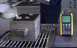 Thermometer PCE-T 1200 mit Thermoelementen bei der Temperaturüberwachung bei der Herstellung eines Pleuels.