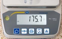 Die Tischwaage PCE-BSH  6000N zeigt die Auflösung in 0,1 g Schritten an.