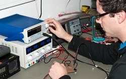 Labornetzgerät bei der Anwendung in einer Werkstatt.