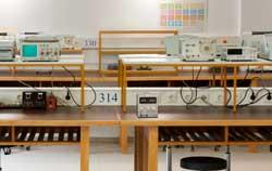 Labornetzgerät zur Forschung im Uni Labor.