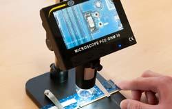 Microscópio realizando uma inspeção em uma oficina